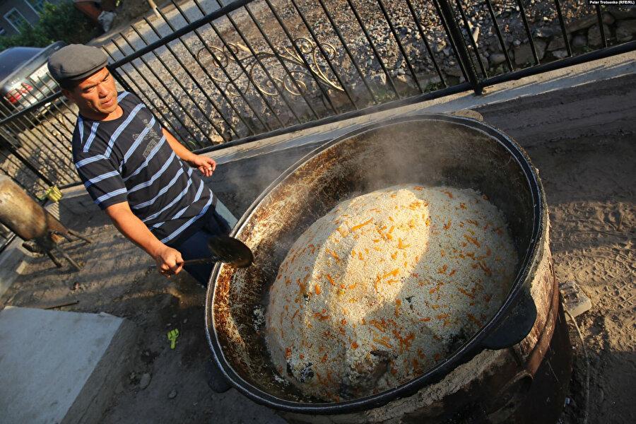 Dunganlar kendi pilavlarının Özbek pilavından daha lezzetli olduğunu iddia ederler.