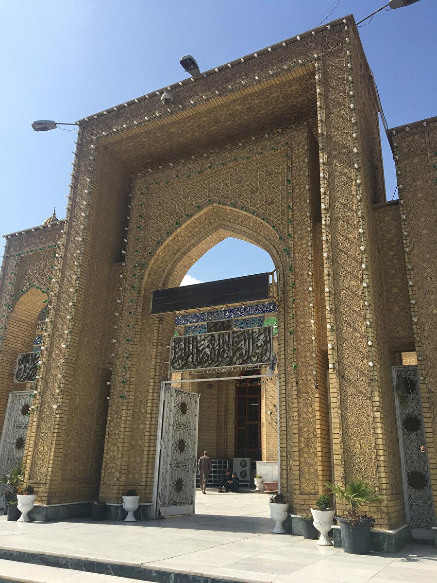 Ebu Hanefi'nin kabrinin içinde bulunduğu Azamiye Külliyesi.