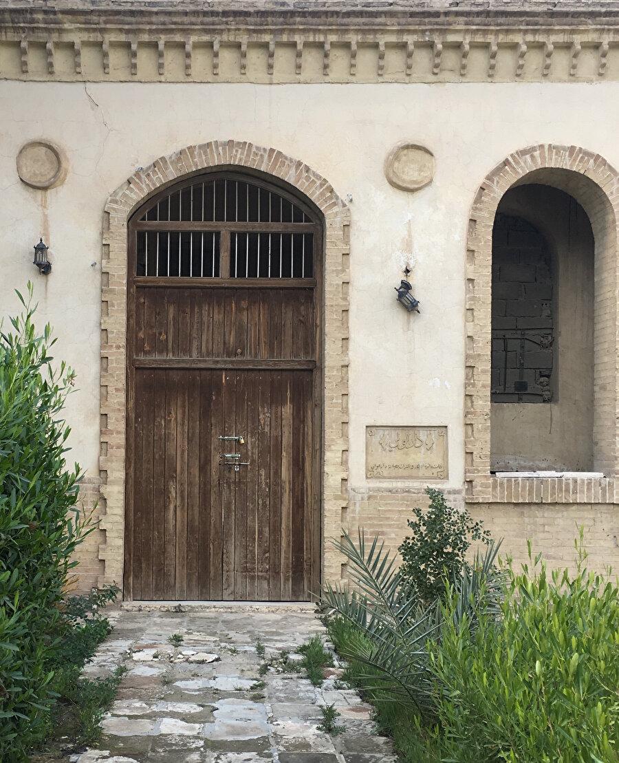 Osmanlı kışlası içindeki vali konağının kapısı. Duvarındaki levhada Dar el-Vali yazıyor.