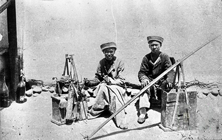 Kırgızistan Bişkek'teki tabak çanak tamircisi Dunganlar. (Yıl:1900)
