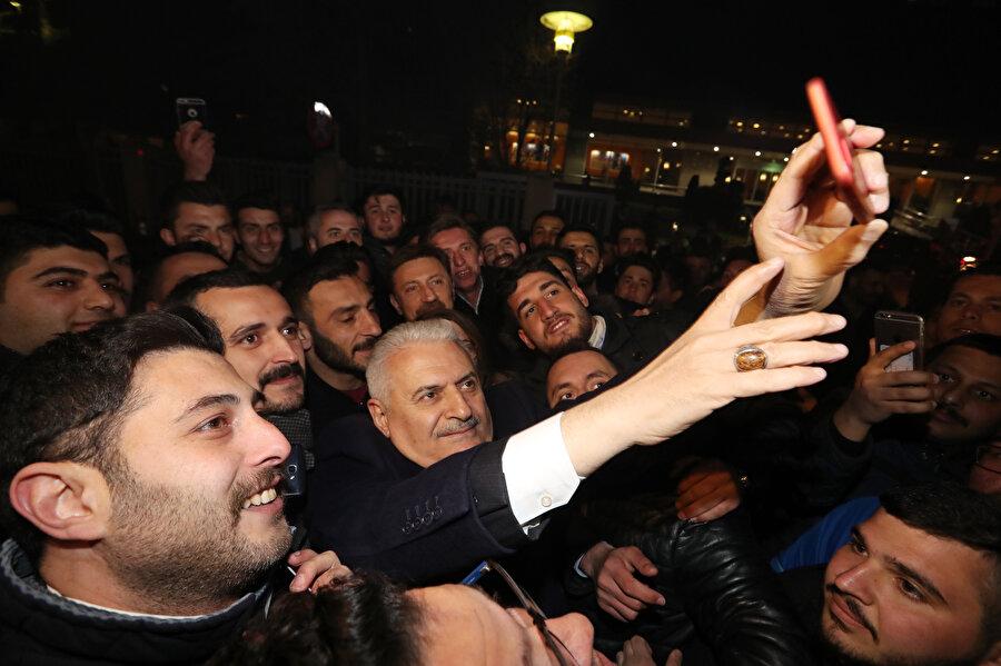 AK Parti İstanbul Büyükşehir Belediye Başkan Adayı Binali Yıldırım gençlerle özçekim yaptı.