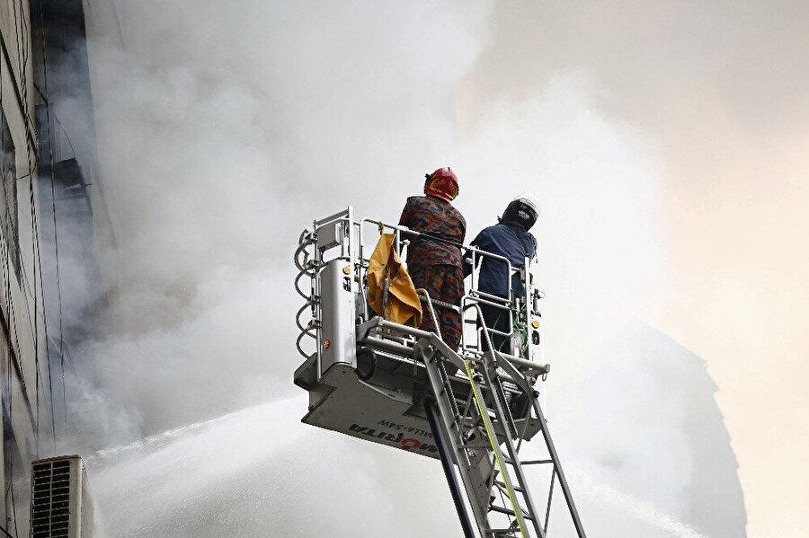 Dumanların yükseldiği binada yardım faaliyetlerini sürdürmenin zorlaştığı görülüyor.