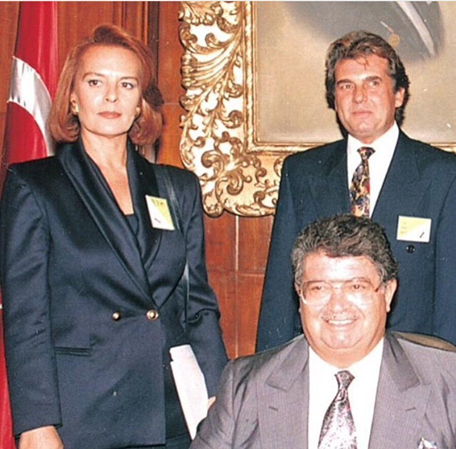 Hülya Koçyiğit, Turgut Özal'ın yanında ANAP'ta siyasete girmesi diğer ünlülerin de yolunu açtı.