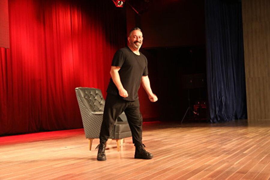 Cem Yılmaz'ın, gösteri sırasında çekilmiş bir fotoğrafı.