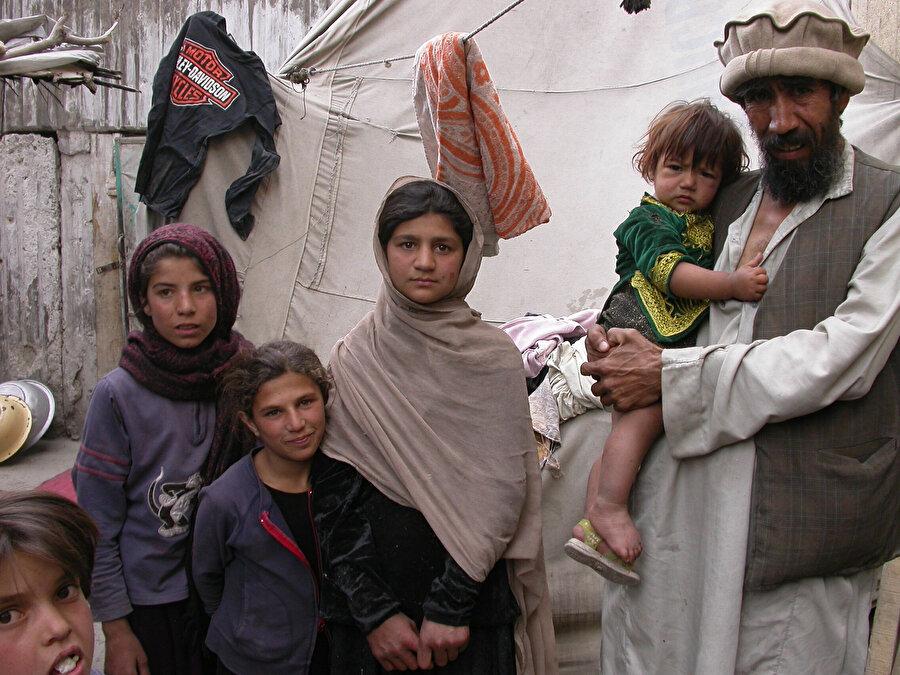 Derme çatma evlerde yaşam mücadelesi veren Afganlar.