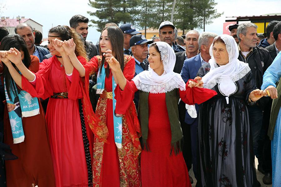 Yöresel kıyafet giyen halk halaylar çekti.