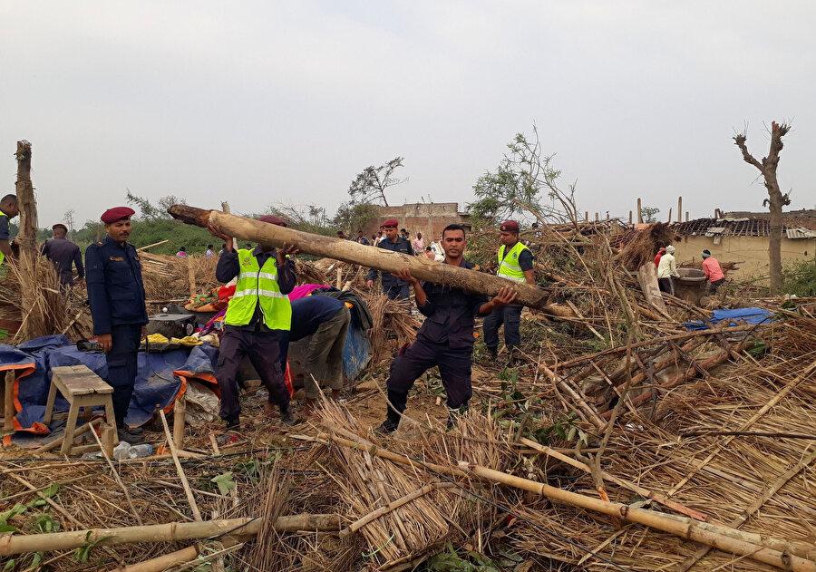 Birçok ölüme sebep olan tuğlaları ve ağaçları kaldırma çalışmaları sürüyor.