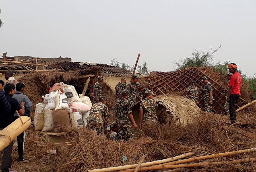 Askeri yetkililer enkaz kaldırma çalışmalarına aktif olarak katılıyor.