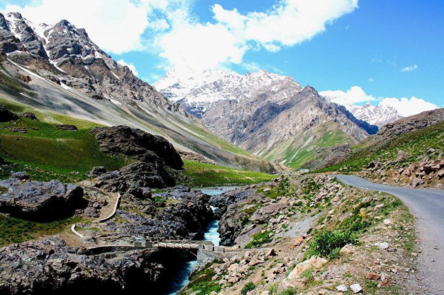 Doğal güzelliği ve yer altı kaynaklarının zenginliği ile bilinen Keşmir, uzun yıllardır Pakistan ve Hindistan arasında gerginliğe sebep oluyor.
