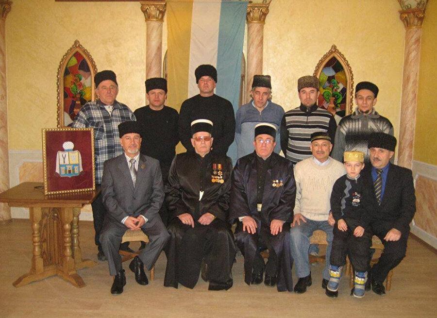 Kırım'daki Karay Türk Yahudilerinin en belirgin fiziksel tanımlamalarından birisi başlarına koydukları Kafkas Kalpağı diye bilinen kalpaktır.