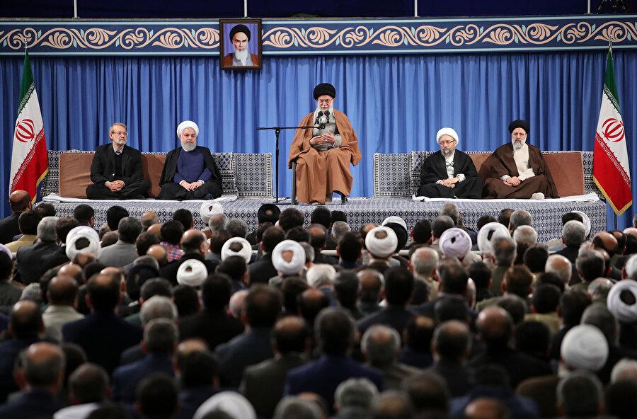 Ayetullah Ali Hamaney'in İslam ülkelerinin yabancı misyon temsilcilerini kabulünden bir kare.