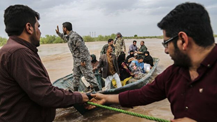 Sel felaketinden etkilenenleri kurtarma çalışmaları sürüyor.