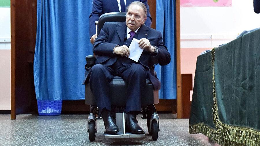 Abdulaziz Buteflika, 2013'te geçirdiği felcin ardından fiziksel sıkıntılar yaşıyordu.