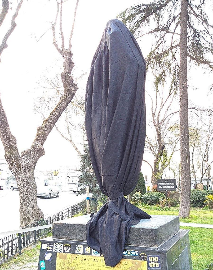 Alex heykeli siyah bezle kaplandı.