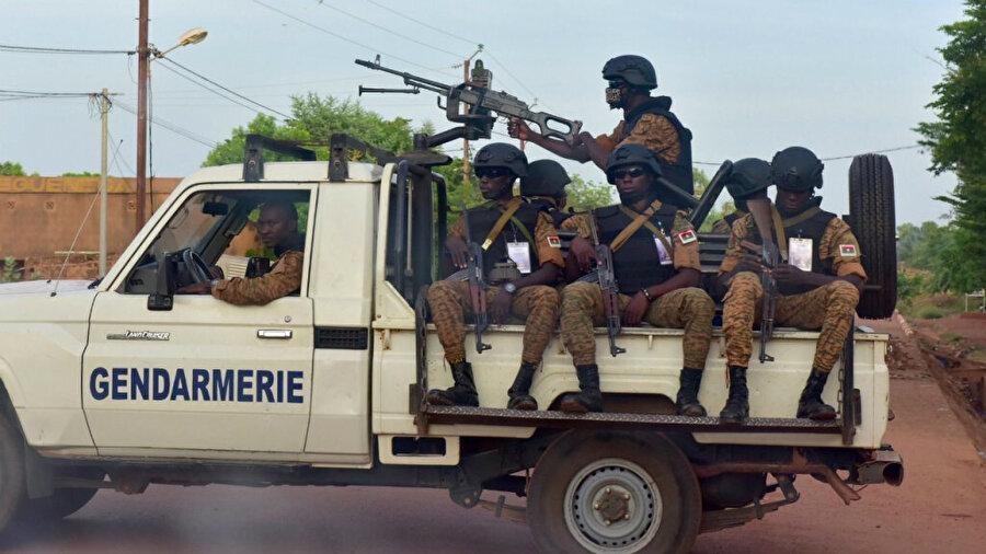 30 Ekim 2018'de çekilen bu fotoğrafta, ülkenin kuzeyindeki Ouhigouya kentinde araçlarında oturan Burkina Faso jandarmaları görülüyor.