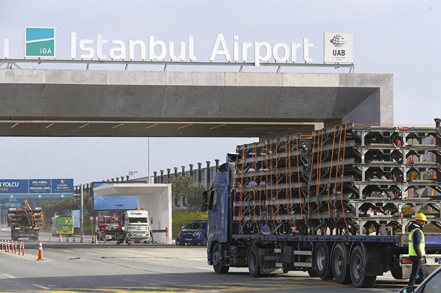 Atatürk Havalimanı'ndan THY'ye ait malzeme ve araçları İstanbul Havalimanı'na nakleden ilk tırlar, yeni havalimanına ulaştı.