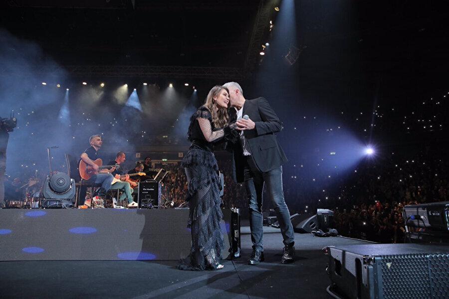 Aslı Enver ve Özcan Deniz Tel Aviv'de konser verdi. Konsere 11 bin kişi katıldı.