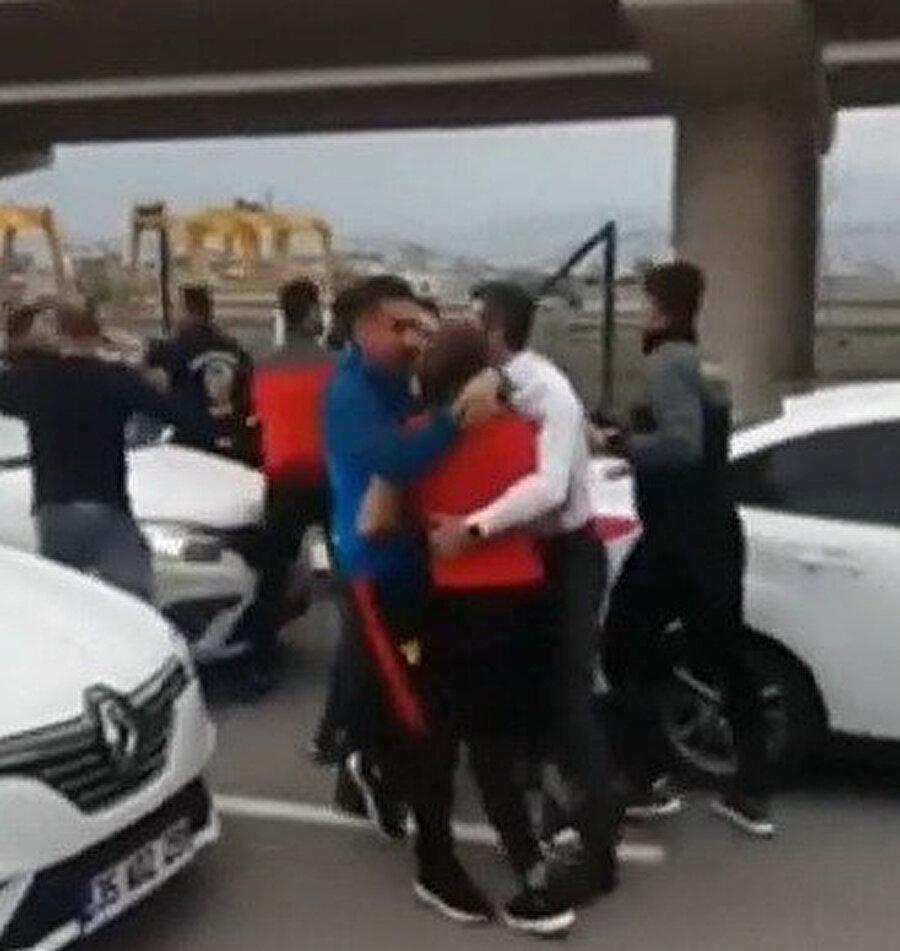 Futbolcularla taraftarlar kavga etti.