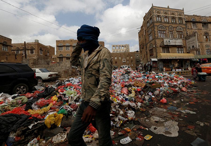 Yemen'de kolera salgınını tetikleyen elverişsiz yaşam koşullarını gösteren bir fotoğraf.