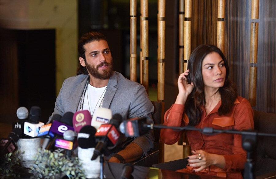 Can Yaman ve Demet Özdemir Beyrut'ta basın toplantısı sırasında böyle görüntülendi.