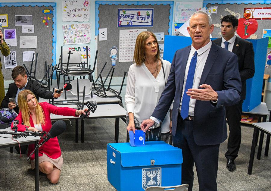 Eski İsrail Genelkurmay Başkanı ve Mavi-Beyaz İttifakı Lideri Benny Gantz oyunu eşiyle birlikte kullandı.