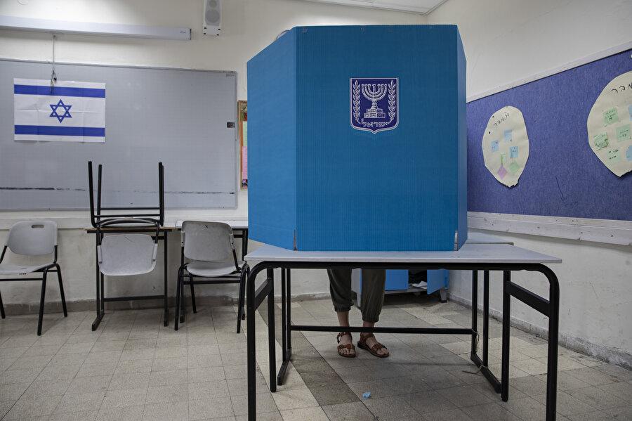 Netanyahu'nun partisi Likud'un başını çektiği sağ partilerin 120 sandalyeli meclise en az 65 milletvekili sokacağı tahmin ediliyor.