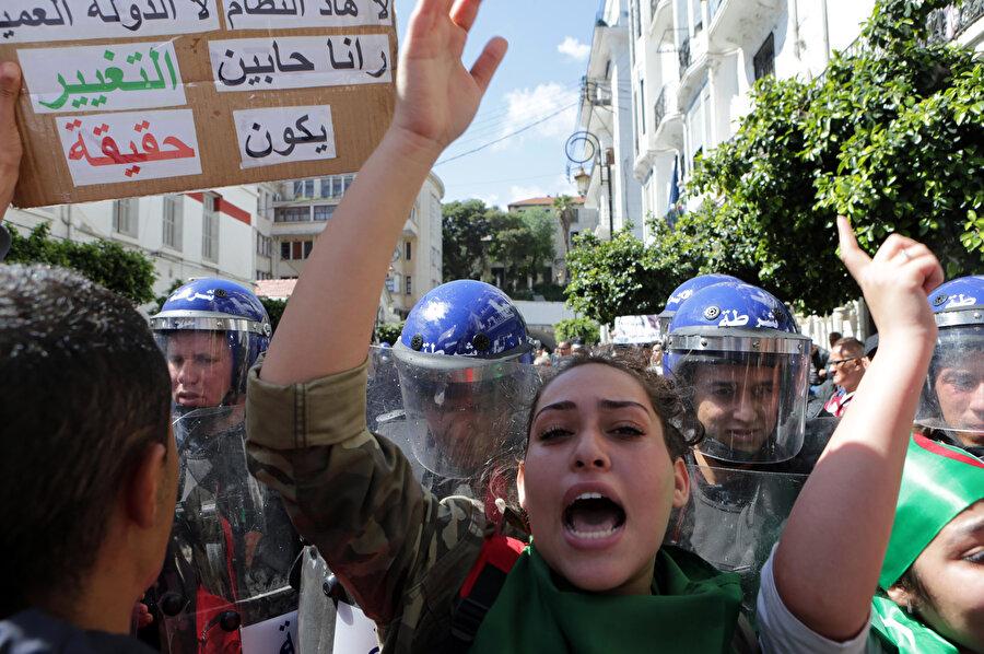 Abdulkadir bin Salih'i protesto eden Cezayirli göstericiler.