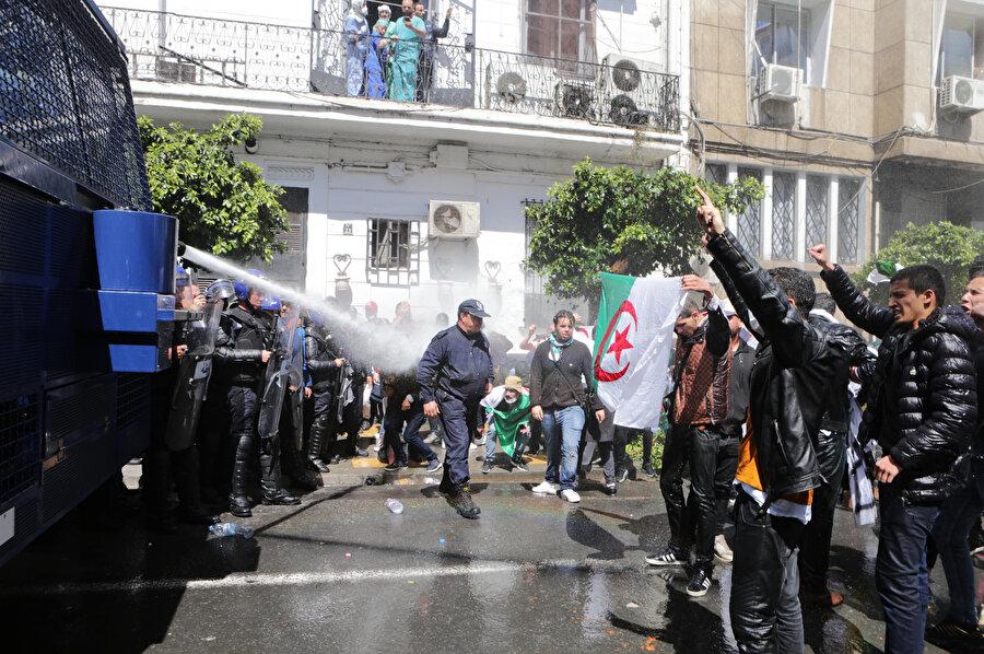 Göstericilere polis müdahalesi.