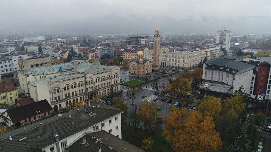 Farklı dinlere ait ibadethanelerin bulunduğu Banja Luka şehrinin havadan görünümü. Resimde (ortada) Ortodoks Katedrali görülüyor.