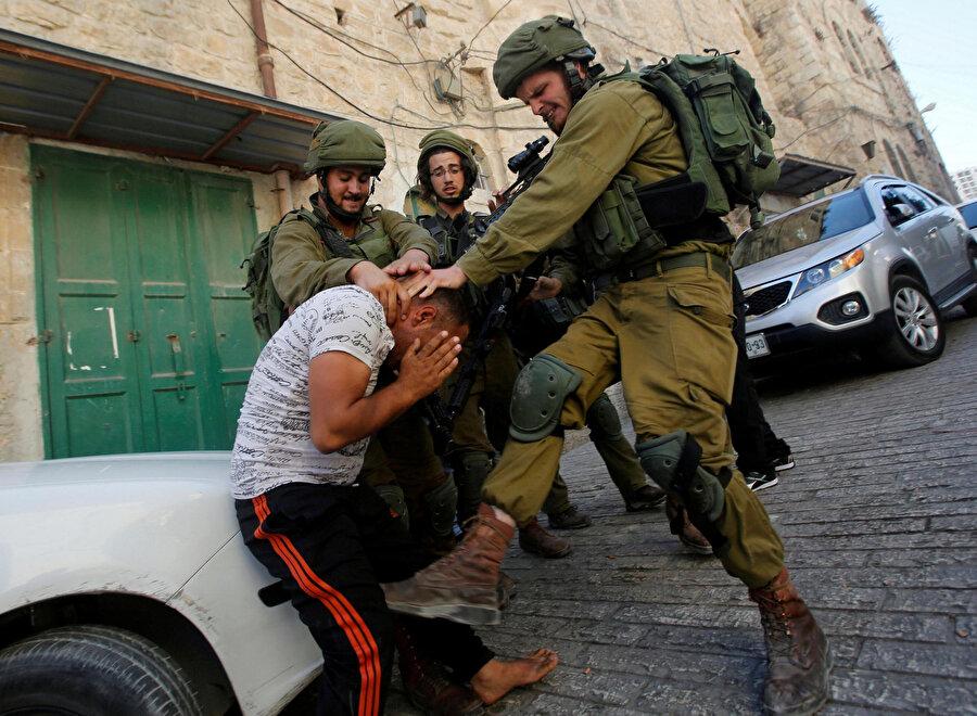 İsrail askerlerinin gözaltı sırasında silahsız ve savunmasız sivillere karşı şiddet kullanması büyük tepki topluyor.