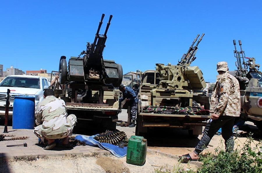 Ordu güçlerine katılmak için silahlarını hazırlayan Ulusal Mutabakat Hükümetine bağlı askerler.