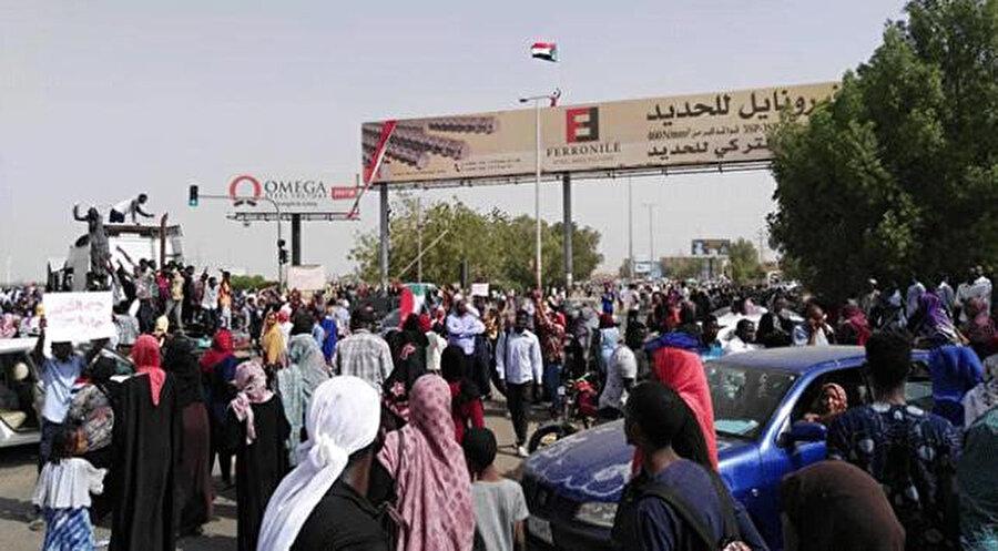 Silah seslerinin kaynağı bilinmemekle birlikte ordunun yönetime el koymasına sevinen Sudanlıların ateş açtığı ihtimali de değerlendiriliyor.