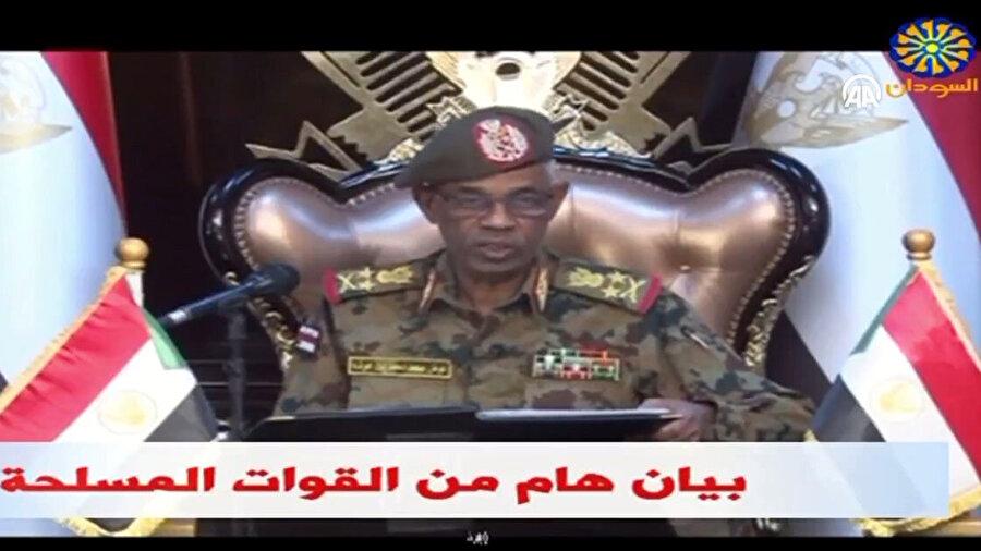 Sudan devlet televizyonundan darbe bildirisini okuyan Savunma Bakanı Awad İbni Ouf.