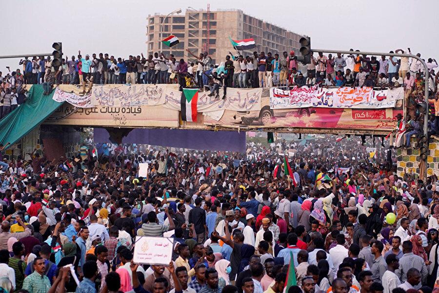 Devlet Başkanı Ömer Beşir'in gitmesini isteyen göstericiler. (Hartum 10 Nisan)
