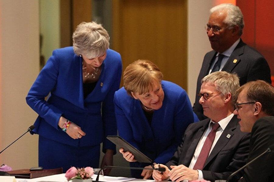 İki başbakan, tabletten kendi resimlerini gösterdiler.