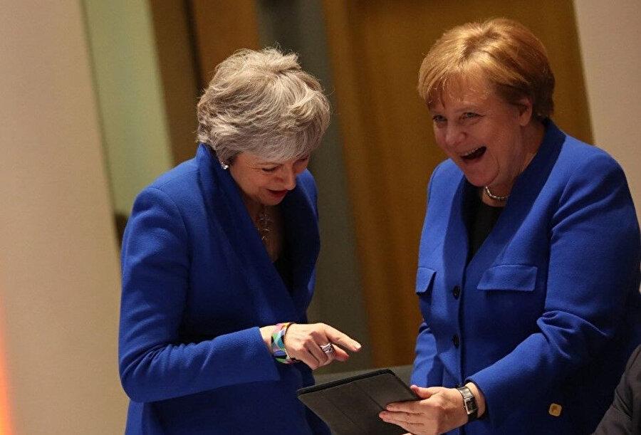 Angela Merkel ve May pişti olmalarına güldüler.