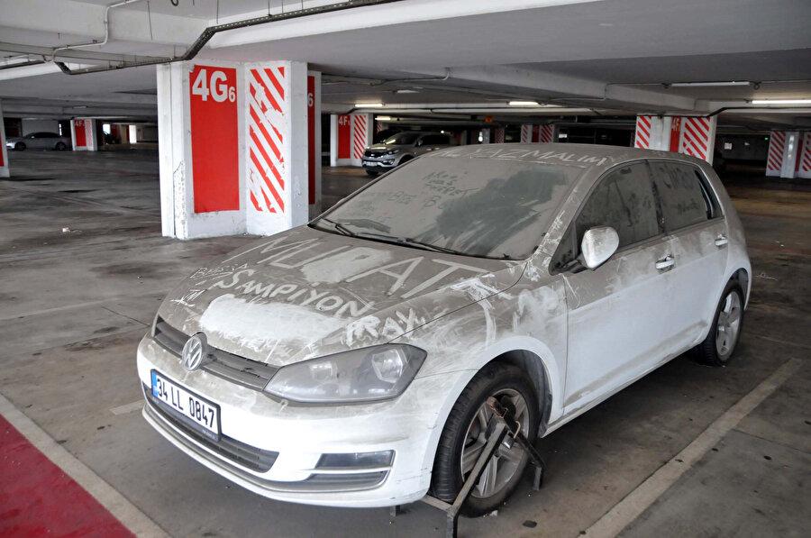 Havalimanı otoparkında görüntülenen araçların uzun süredir bekledikleri için üzerilerinin toz tabakasıyla kaplandığı görüldü.
