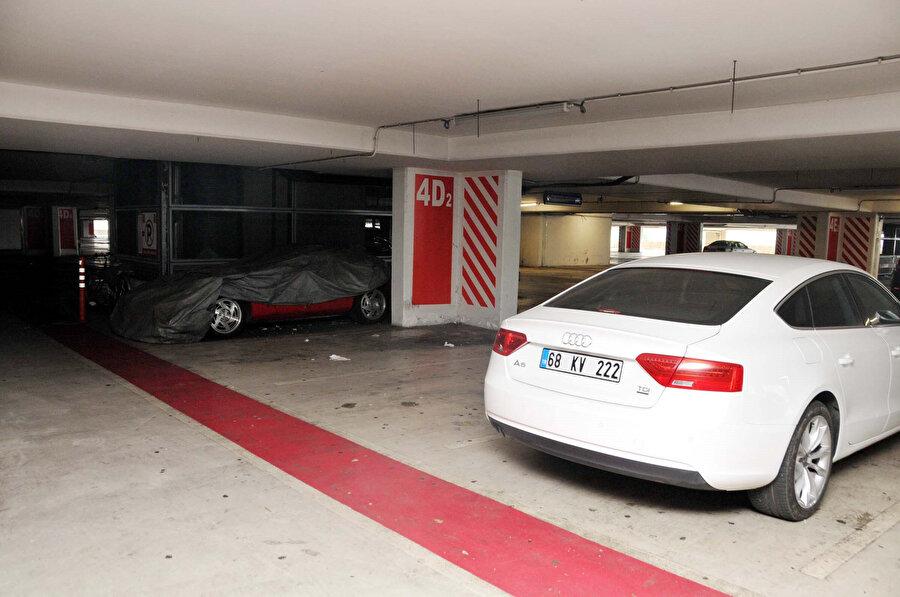 Otoparkta, lüks otomobillerin yanı sıra motosiklet ve bisiklet de bulunuyor.