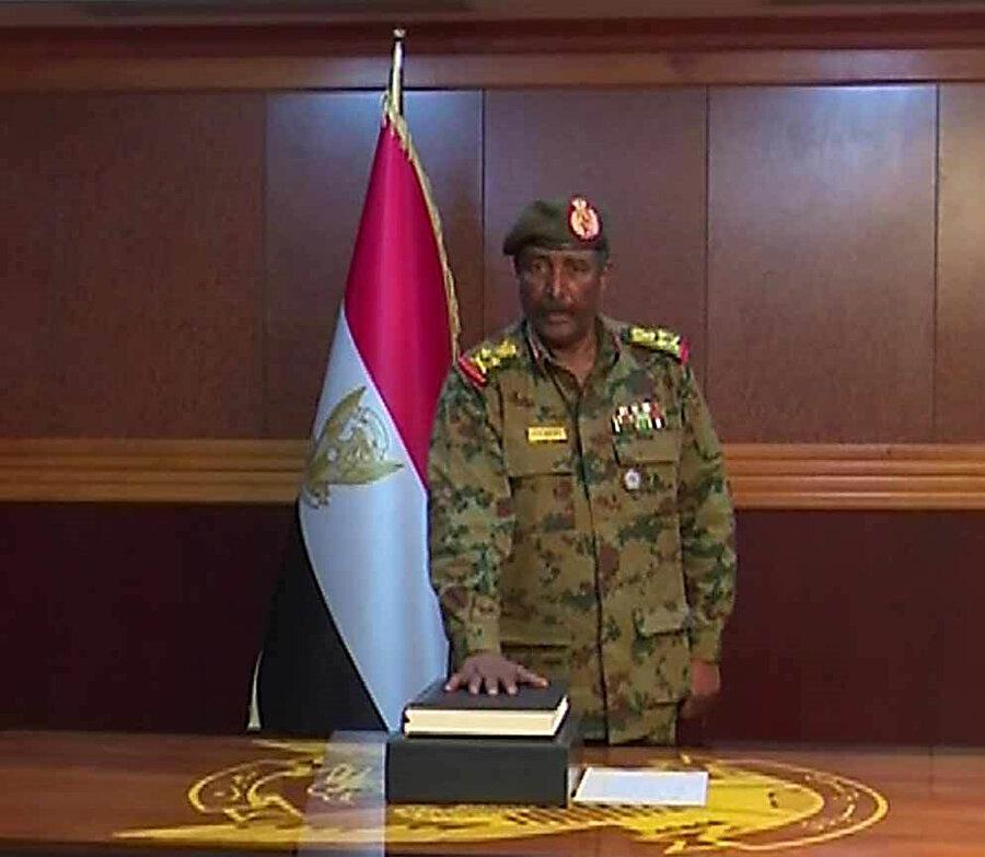 Abdulfettah el-Burhan'ın Askeri Geçiş Konseyi başkanlığı için yemin ederken.