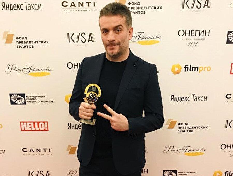 Murat Cemcir ödül aldıktan sonra böyle poz verdi.