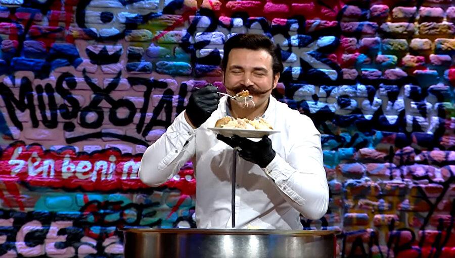 Baruthane Pilavcısı Nedim Şahin, canlı yayında yaptığı midyeli-şırdanlı pilavı yedi.