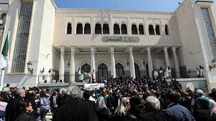 Adalet Bakanlığı önünde protesto gösterisi düzenleyen Cezayirli hakimler.