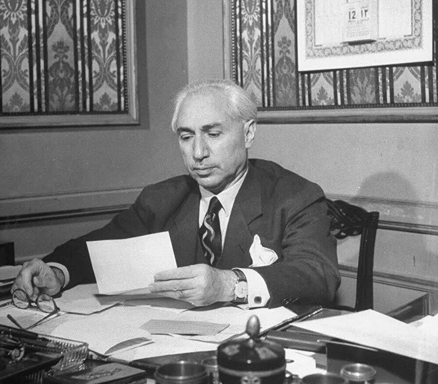 Fetât Hareketi'nin kurucusu Cemil Merdam Bey, Şam'daki ofisinde.