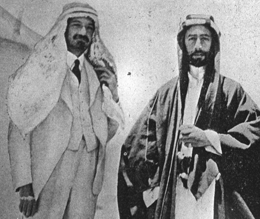 Emir Faysal (sağda), 1948'de İsrail'in ilk cumhurbaşkanı olacak olan Haim Weizmann'la birlikte, 1919.