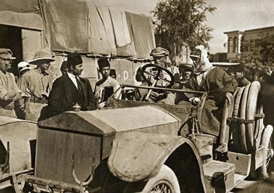 Osmanlı İmparatorluğu'nun yıkılışında büyük rolü bulunan İngiliz ajan Thomas Edward Lawrence (aracın üstünde, sağda), Şam'a girerken, 1918.