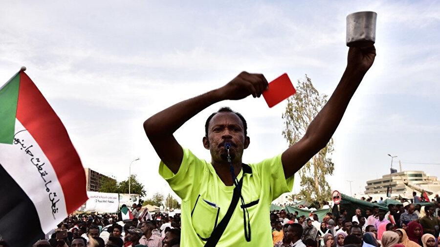 Sudan'da protestocular, Askeri Geçiş Konseyi'nin sivil hükumete bir an önce yetkileri devretmesini talep ediyor.