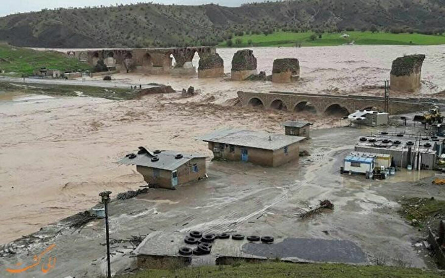 İran'daki sel felaketinde büyük hasar gören Lorestan eyaletindeki Keşkan Köprüsü.