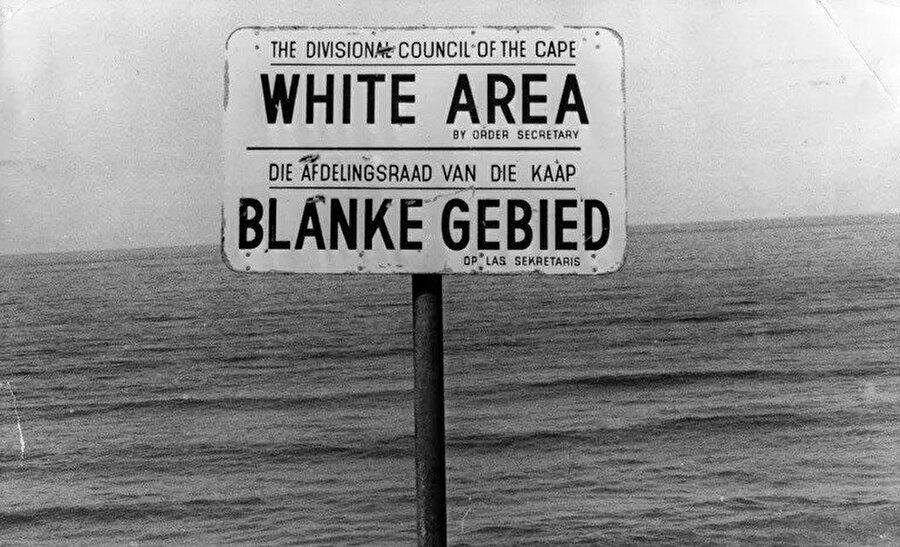 Güney Afrika'daki ırk ayrımının en somut resimlerinden biri. Beyazlara ait alanın başladığını belirten bir tabela.
