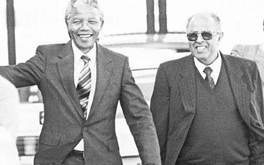 1990 yılında, Nelson Mandela ve Ahmed Kathrada'nın hapishaneden çıktıktan az bir süre sonra çekilmiş fotoğrafları.