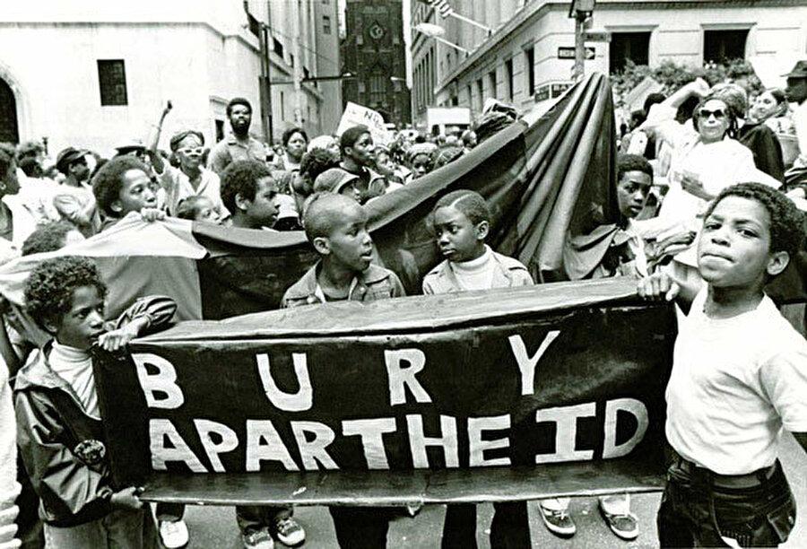 Apartheid rejimini protesto eden siyahi çocuklar.